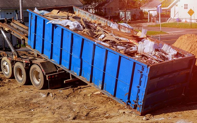 Ein blauer Müllcontainerwagen wird ausgeleert während einer Entsorgung in Berlin