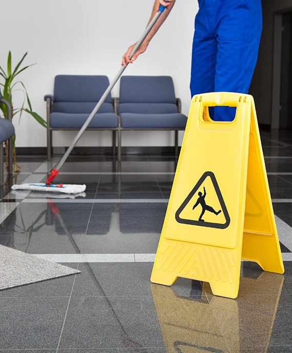 Mitarbeiter wischt den Boden