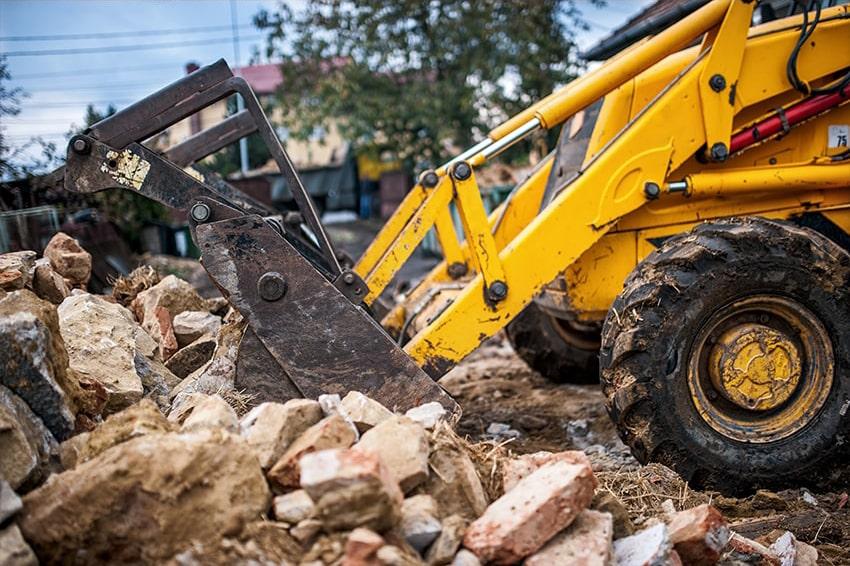 Abrissfahrzeug auf einer Baustelle