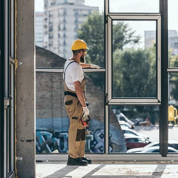Bauarbeiter schaut aus dem Fenster