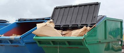 Zwei Container auf einer Baustelle