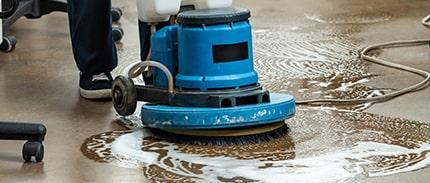 Reiniger führt eine Reinigung des Bodens durch